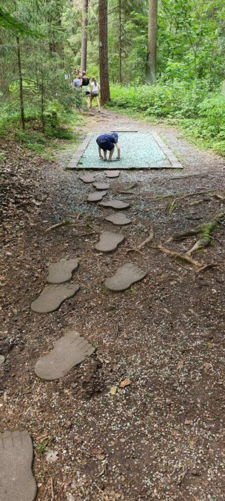 Fußabdrücke beim Spalter Barfußweg